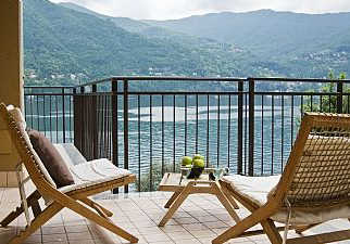 Executive Garden Apartment with Pool and Lake Views